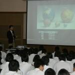 柏原高校で講演する平田教授