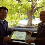大西新会長から竹内前会長に感謝状と記念品を贈呈